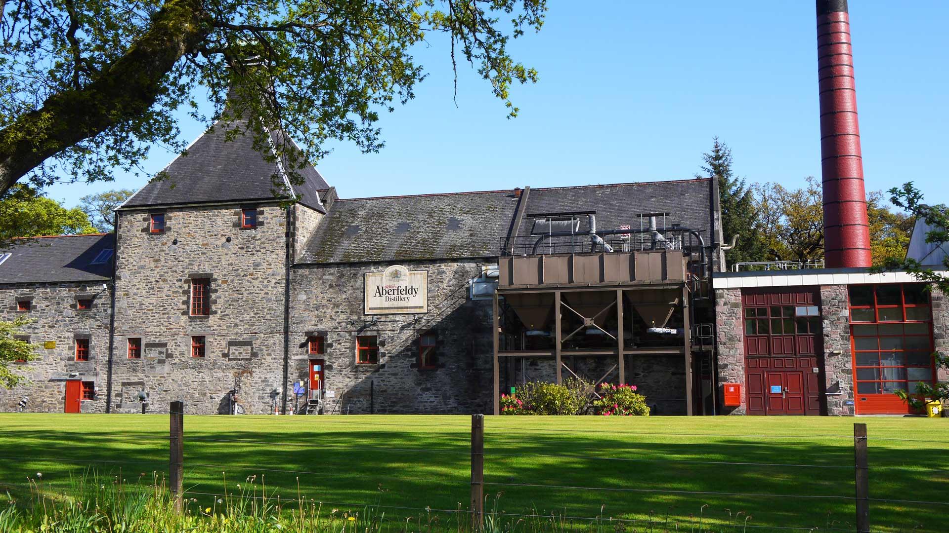 Die alten Gemäuer der Aberfeldy-Destillerie sind wunderschön gelegen. (Foto: Malt Whisky)