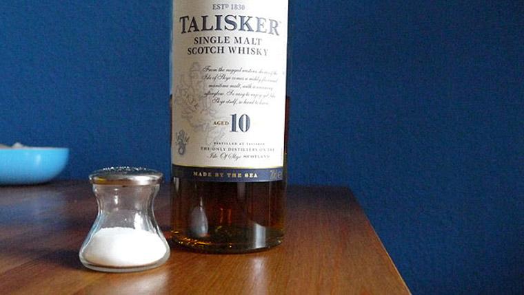 Der Talisker 10 Jahre von der Isle of Skye weist spannende salzige Aromen auf. (Foto: Malt Whisky)