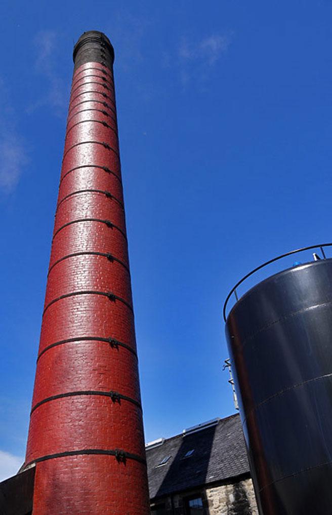 Hoch hinaus: Der markante rote Schornstein von Aberfeldy ist schon von Weitem sichtbar. (Foto: Malt Whisky)