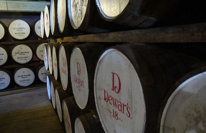 Whiskyfässer bei der Aberfeldy-Destillerie, welche zu einem großen Teil für den Dewars-Blend produziert. (Foto: Malt Whisky)