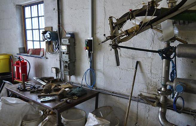 Die Abfüllung von Whisky in Eichenholzfässer wird noch von Hand erledigt. (Foto: Malt Whisky)