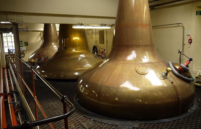 Scotch-Whisky wird traditionell zweifach destilliert. Im Bild eine Wash- und eine Spirit Still bei Glen Moray (Foto: Malt Whisky)