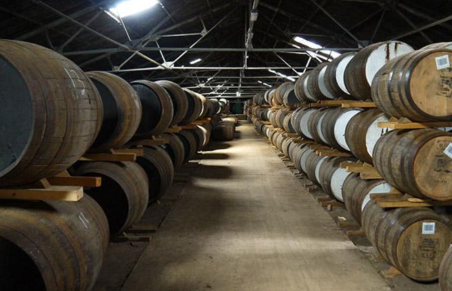 In den Warehouses lagern die Schätze von Whisky-Destillerien. Viele Malts werden erst nach vielen Jahren Lagerung abgefüllt. (Foto: Malt Whisky)