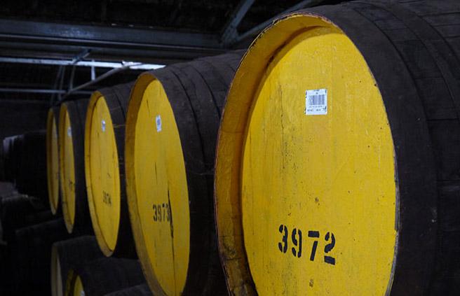 Um den Überblick zu behalten erhält jedes Whiskyfass im Warehouse eine Nummer sowie einen Strichcode. (Foto: Malt Whisky)