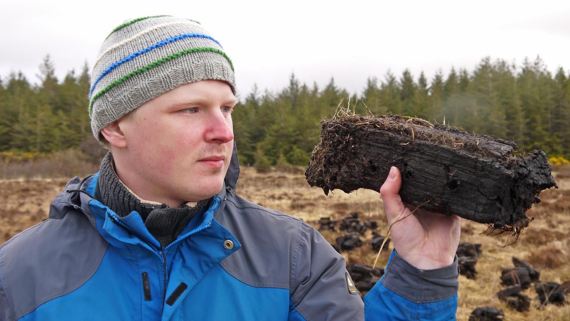Traditionell wird die Gerste für schottischen Whisky mit Torfrauch gedarrt. (Foto: Malt Whisky)