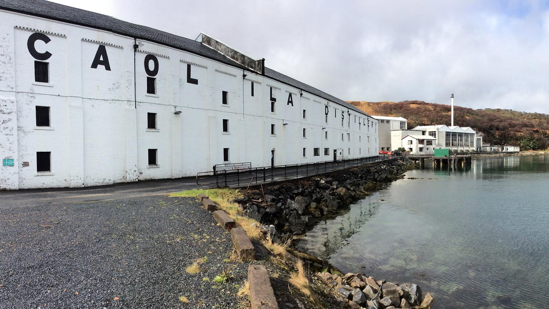 Die Caol Ila Destillerie liegt in einer malerischen Bucht auf der Whisky-Insel Islay (Foto: Alkoblog)