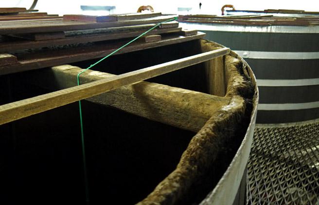 Altes Equipment immer noch im Einsatz: Der grüne Faden misst den Füllstand. (Foto: Malt Whisky)