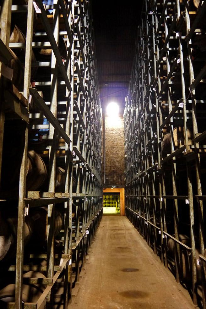 So viel Whisky: Modernes High-Rack-Warehouse. (Foto: Malt Whisky)