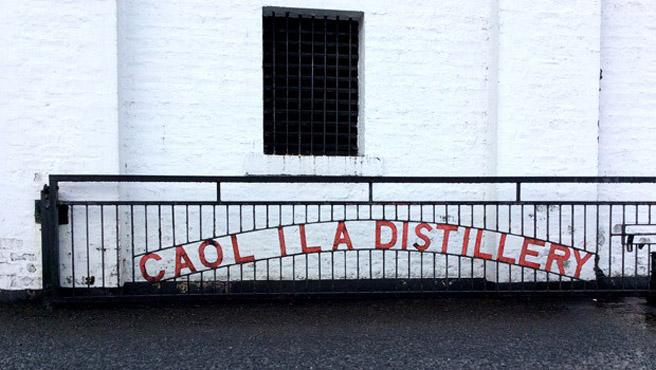 Destillerie-Tor mit markante Schriftzug. (Foto: Malt Whisky)