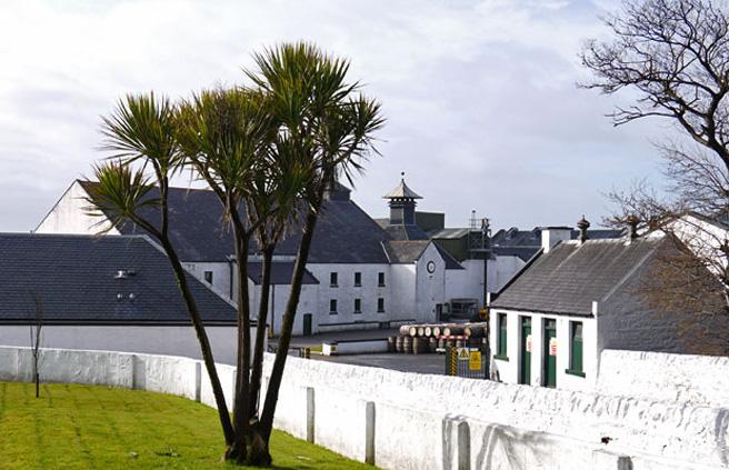 Die Islay-Destillerie im Frühling. (Foto: Malt Whisky)