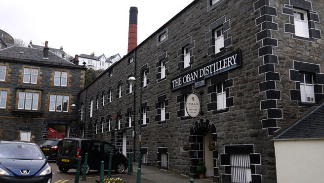 Eine der wenigen Whisky-Destillerien innerhalb einer Stadt: Oban. (Foto: Malt Whisky)