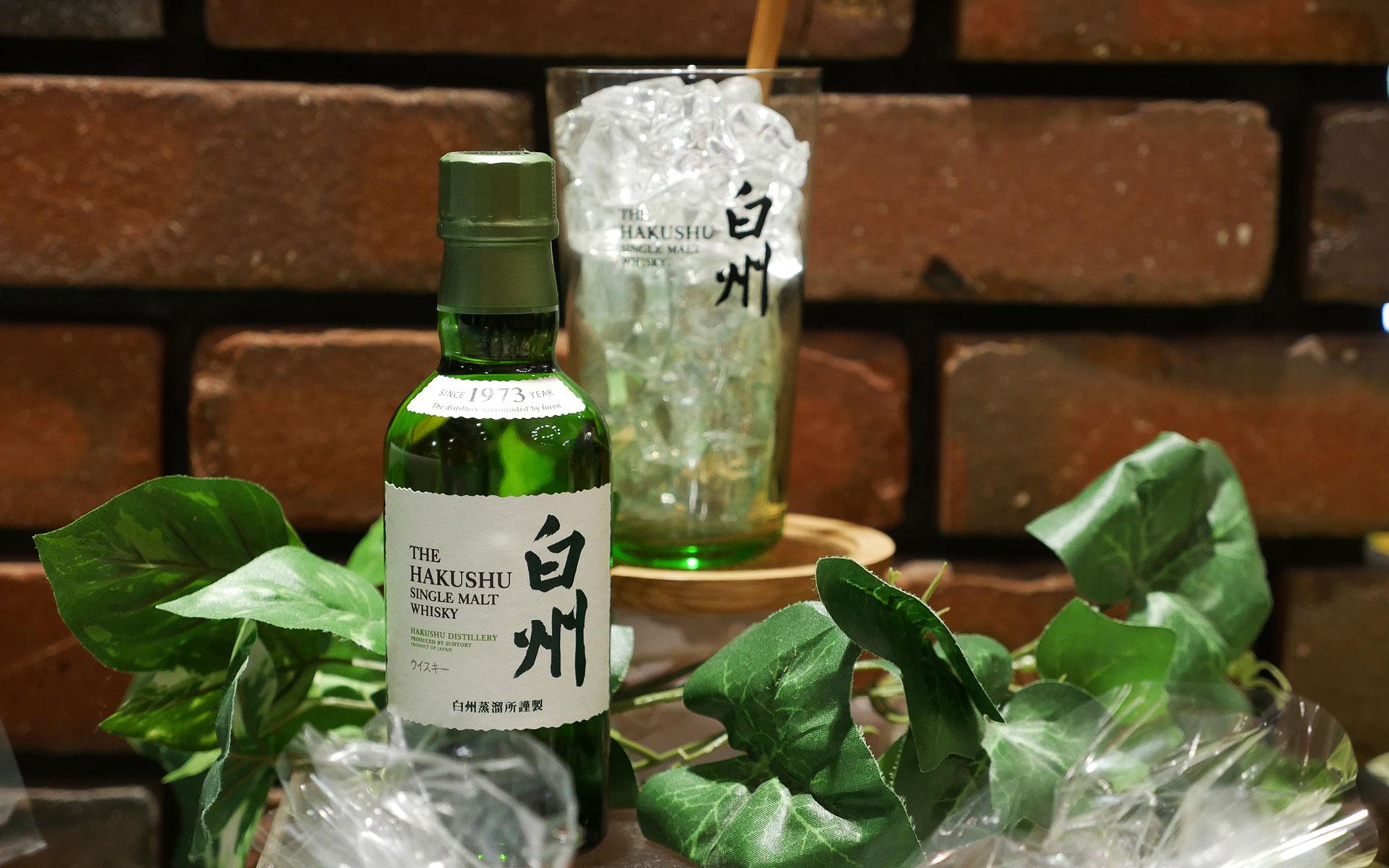 Der Hakushu ohne Altersangabe ist besser verfügbar als der 12-jährige. Im Hintergrund die typisch japanische Servierempfehlung als Highball mit viel Eis und Soda (Foto: Malt Whisky)