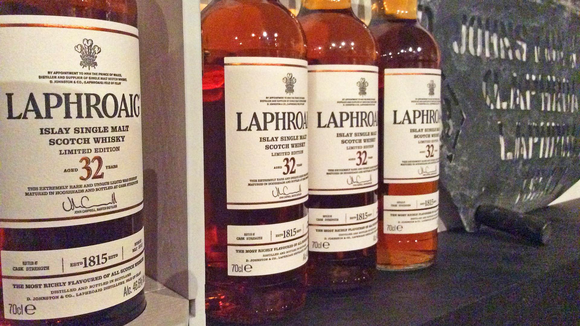 Fein säuberlich aufgereiht: Die Flaschen des Laphroaig 32 Jahre (Foto: Malt Whisky)