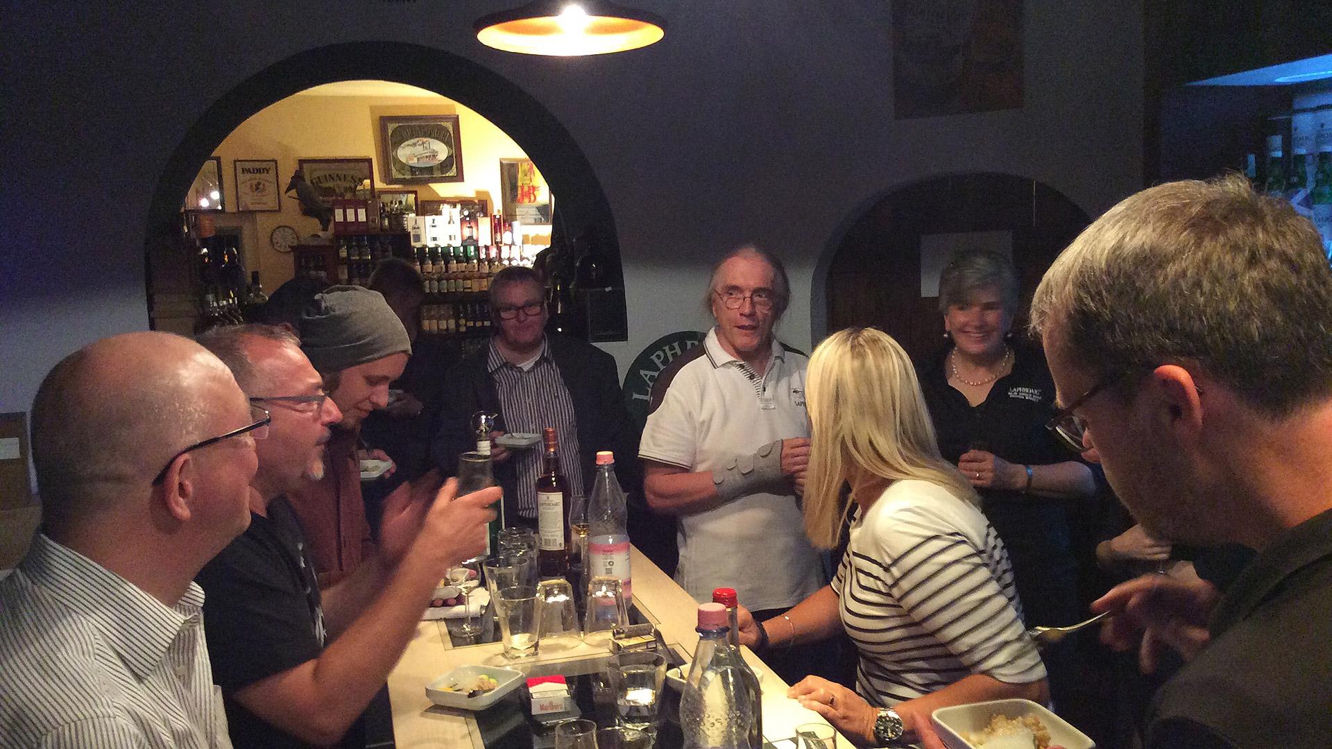 Laphroaig-Lounge-Inhaber Werner Hertwig in gemütlicher Tasting-Runde (Foto: Malt Whisky)
