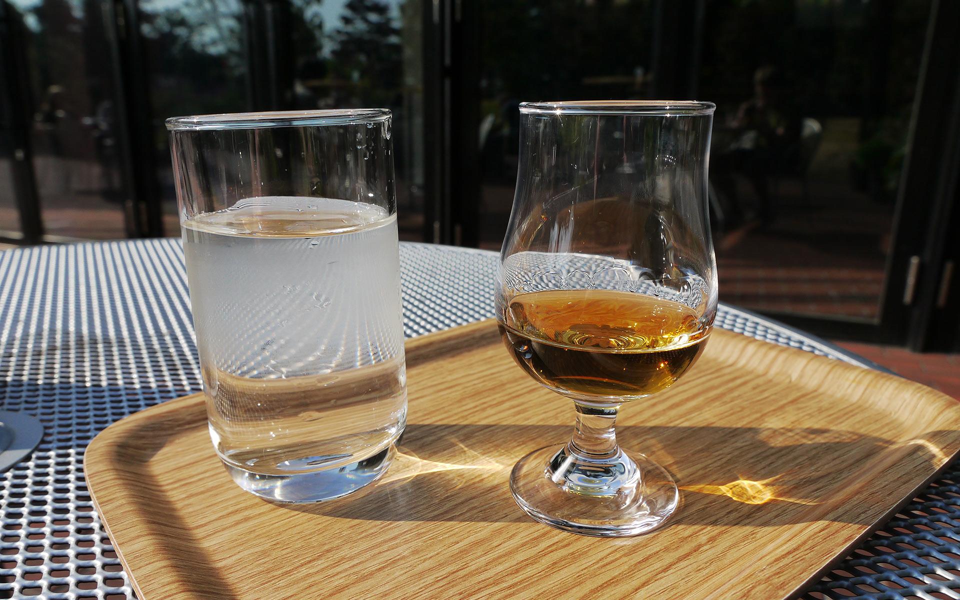 Einer der gefragtesten Blends der Welt ganz unscheinbar im Glas (Foto: Malt Whisky)
