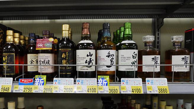 Große Auswahl an Single Malts und Blends bei Seiyu. 4000 Yen sind ungefähr 30 Euro. (Foto: Malt Whisky)