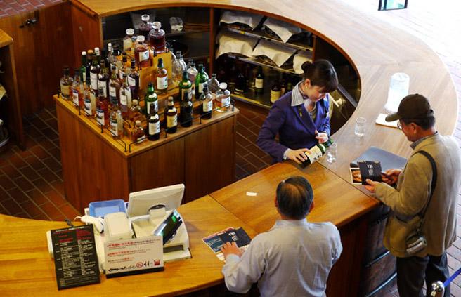 Viele Japaner zu kleinen Preisen: Die Yamazaki Destillerie-Bar. (Foto: Malt Whisky)