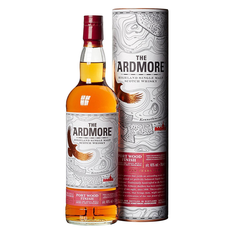 Die Flasche des Ardmore Port Wood kommt mit hübscher Verzierung. (Foto: Amazon)