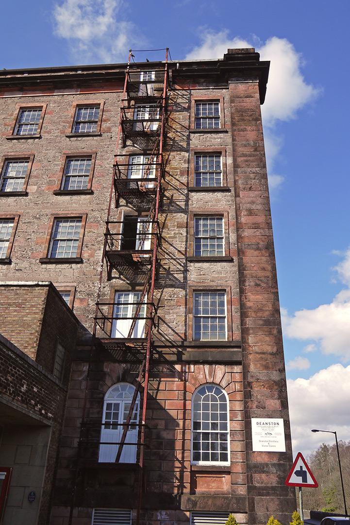 Im historischen Gebäude der Deanston Distillery war früher eine Baumwollmühle (Foto: Malt Whisky)