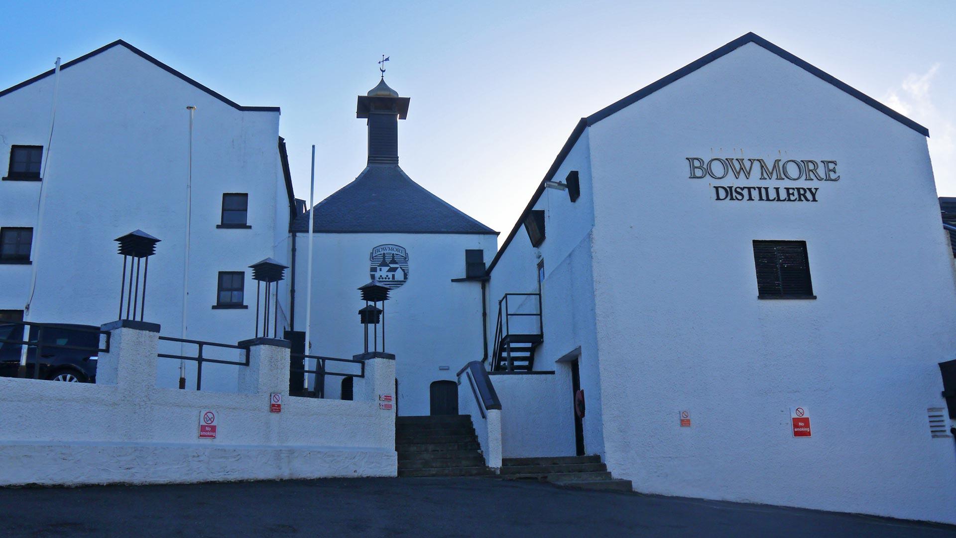 Wenn es auf Islay gerade mal nicht regnet, dann sieht die Bowmore-Destillerie so aus (Foto: Malt Whisky)