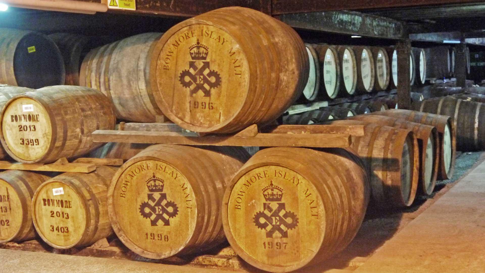 Guter Whisky braucht seine Zeit: Im Bild Bourbon- und Sherryfässer bei Bowmore. (Foto: Malt Whisky)
