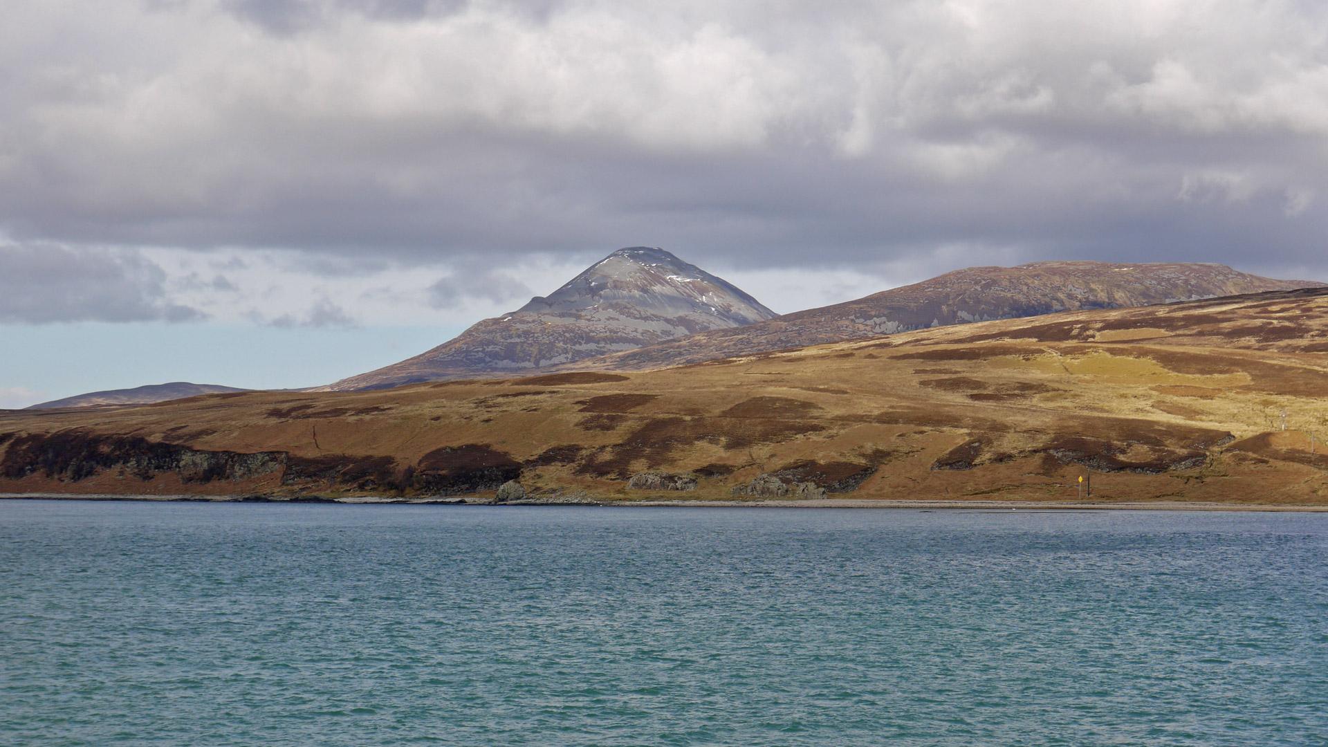 """Der Name Jura stammt aus dem Altnordischen und bedeutet """"Hirschinsel"""". Es gibt auf der Insel über 5.500 Rothirsche - und rund 180 Einwohner. (Foto: Malt Whisky)"""
