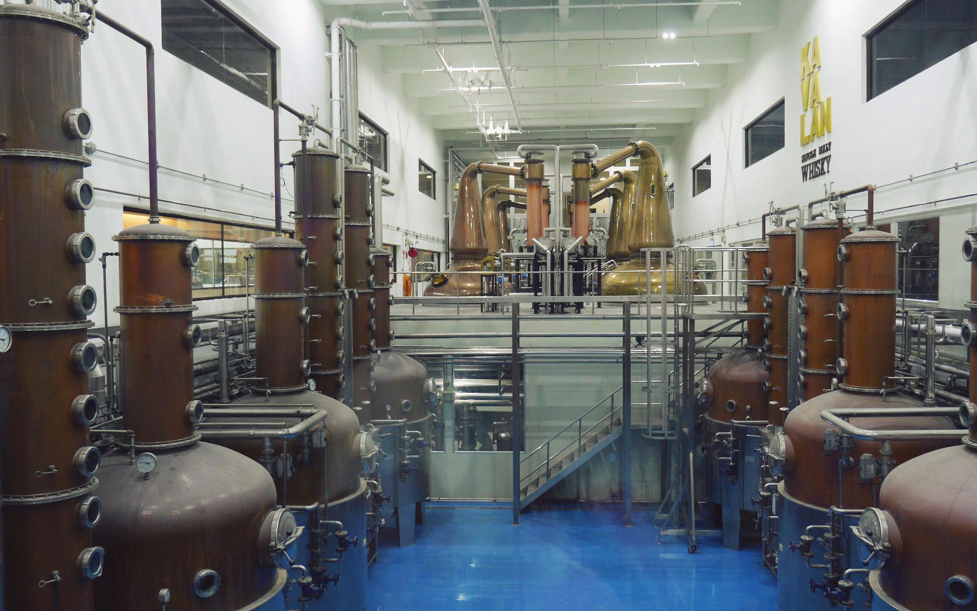 Ungewohnter Anblick: Die Mischung von Pot Stills und Column Stills in einer Destillerie ist in Schottland nicht üblich (Foto: Laurence Thio für Malt Whisky)