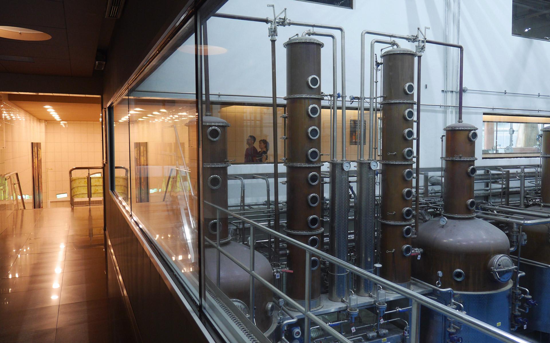 Über gläserne Korridore können Besucher in das Herz der Kavalan-Destillerie in Yilan schauen (Foto: Laurence Thio für Malt Whisky)