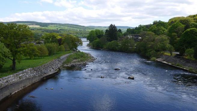 Blick vom Staudamm auf den Fluss Tummel in Pitlochry. (Foto: Malt Whisky)
