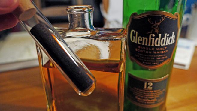 Versuchsaufbau mit Glenfiddich 12, Karaffe und Mooreichenstengel