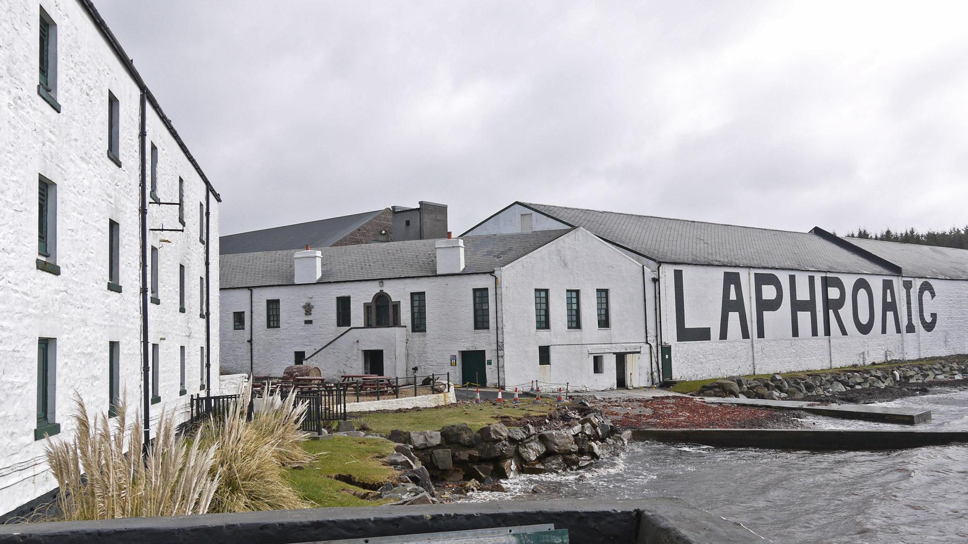 Blick auf das legendäre Warehouse No 1 bei der Laphroaig-Destillerie. (Foto: Malt Whisky)