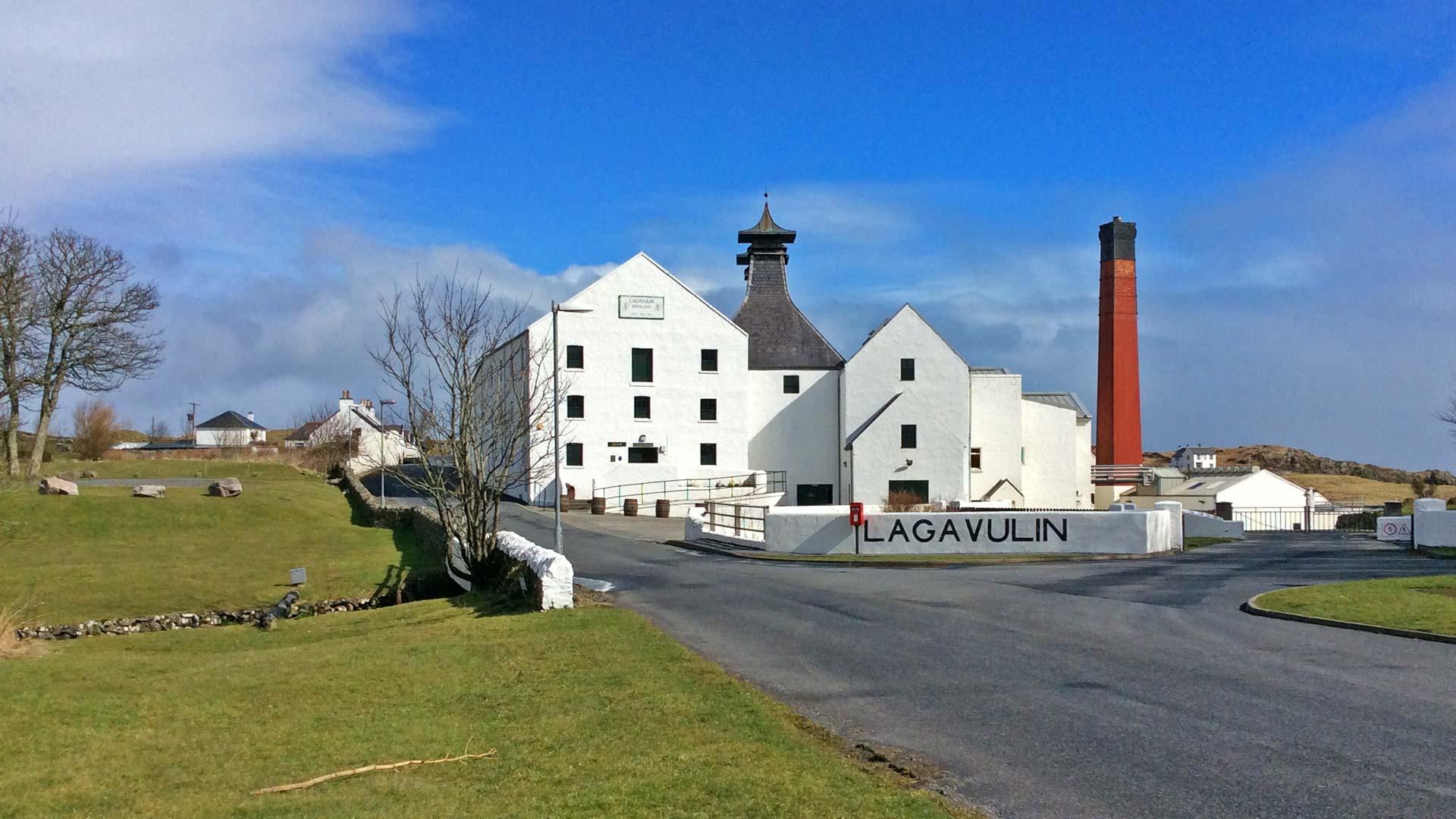 Die Lagavulin-Destillerie auf Islay (Foto: Malt Whisky)