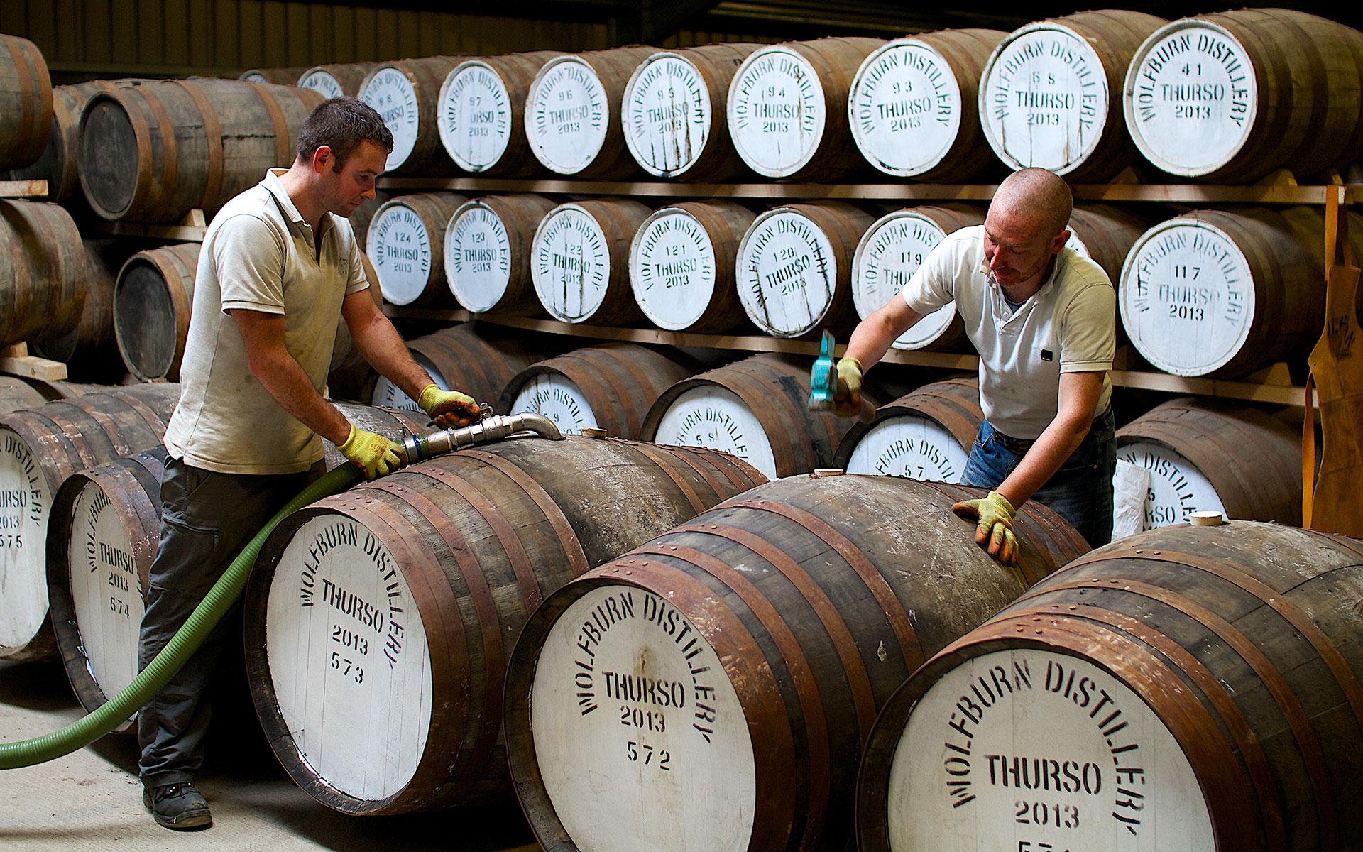 Drei Jahre ist es her: Shane Fraser und Iain Kerr füllen den ersten Whisky in Fässer. (Foto: Wolfburn)