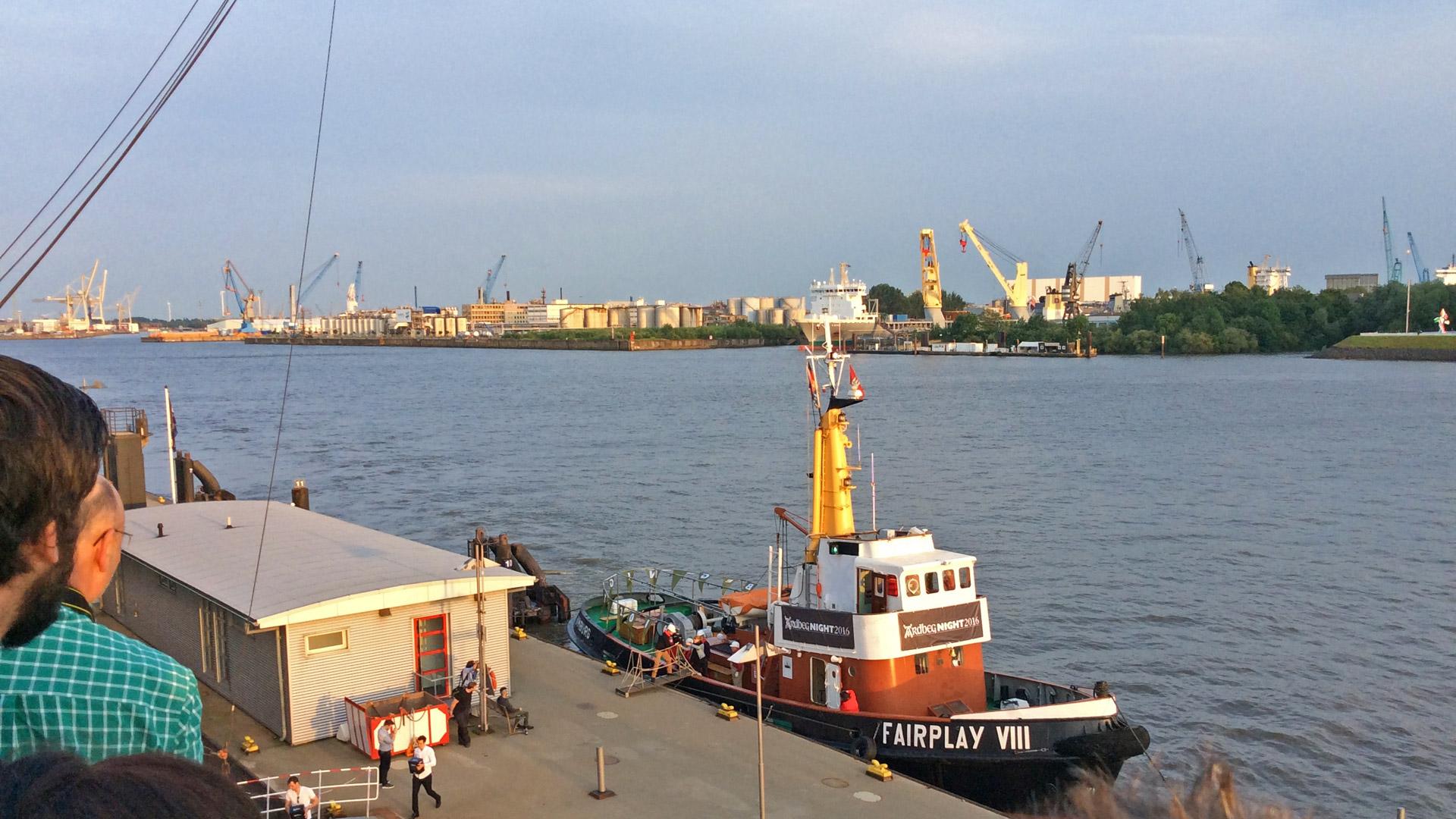 Das Schmugglerschiff mit der Ardbeg Dark Cove Lieferung hat erfolgreich bei den Landungsbrücken angelegt. (Foto: Malt Whisky)