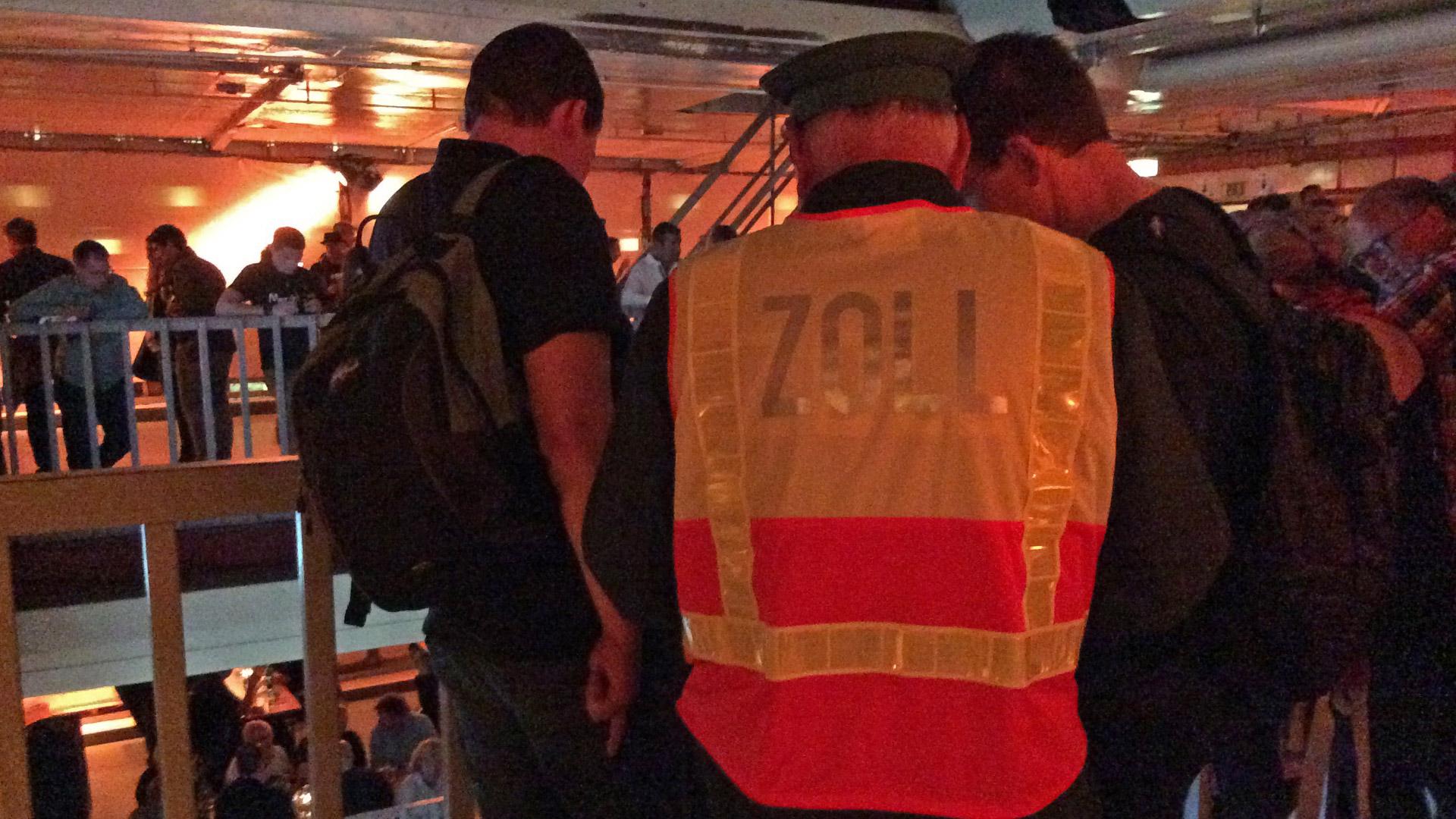 Harmlose Ardbeg-Jünger unter Fahndungsdruck der Zöllner. Kann der Ardbeg Dark Cove erfolgreich an Bord geschmuggelt werden? (Foto: Malt Whisky)