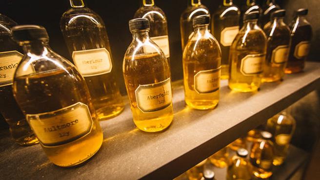 Einige Whiskyfläschchen im Foyer. Diese Whiskys sollen im Dewar`s Blend enthalten sein. (Foto: FTP Edelman)