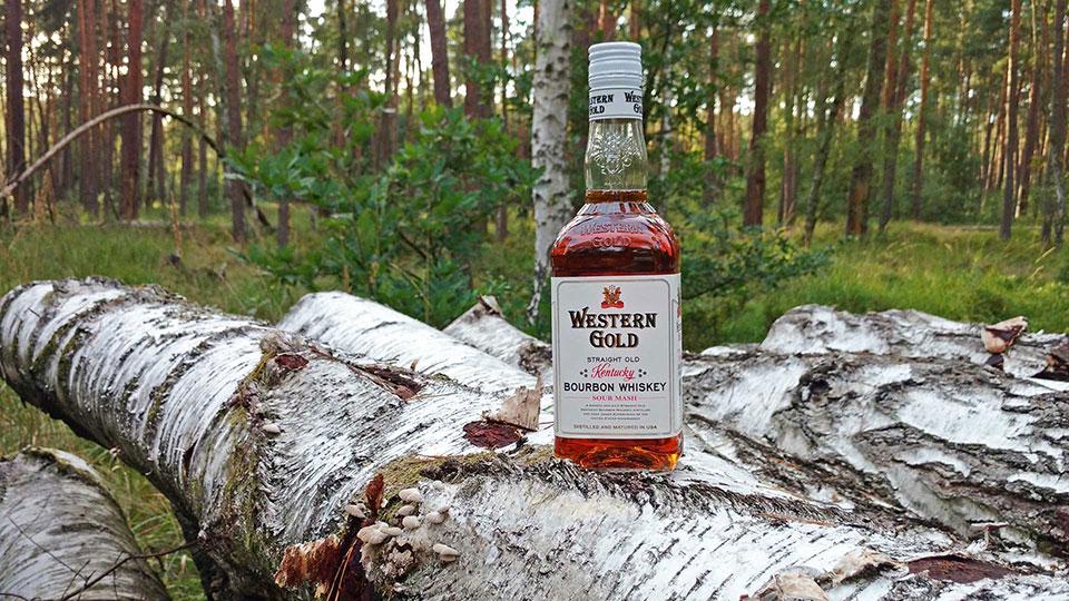 Der Lidl-Bourbon stimmt sich mit Wild-West-Romantik auf das Duell ein. (Foto: Malt Whisky)