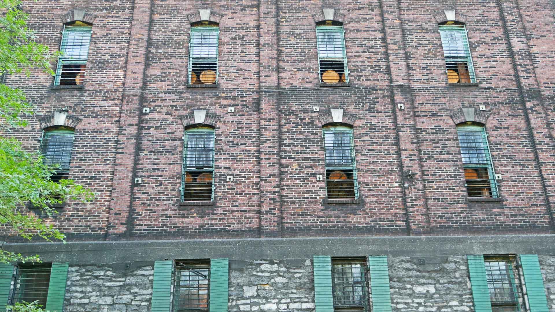Der Bourbon-Whiskey von Buffalo Trace lagert in mehrstöckigen Warehouses aus Backstein. (Foto: Malt Whisky)