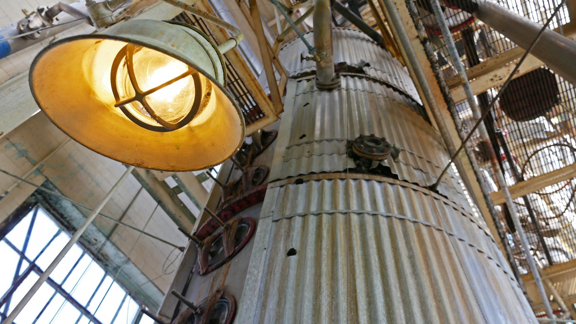 Hoch wie ein Haus: Column Still zum Brennen von Bourbon-Whiskey (Foto: Malt Whisky)