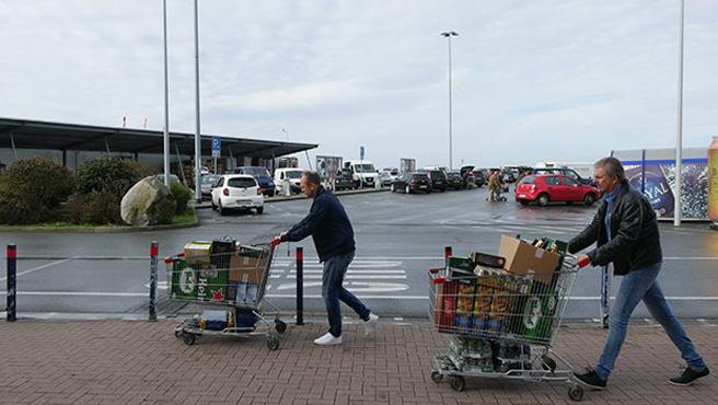 Skandinavier beim Speed-Shopping: Wer transportiert mehr Bier aus dem Bordershop?