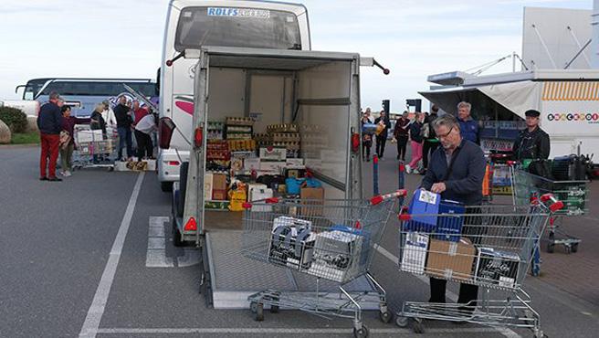 Da geht noch was: Dänische Shopper verstauen die flüssige Ware hektoliterweise im Reisebus.