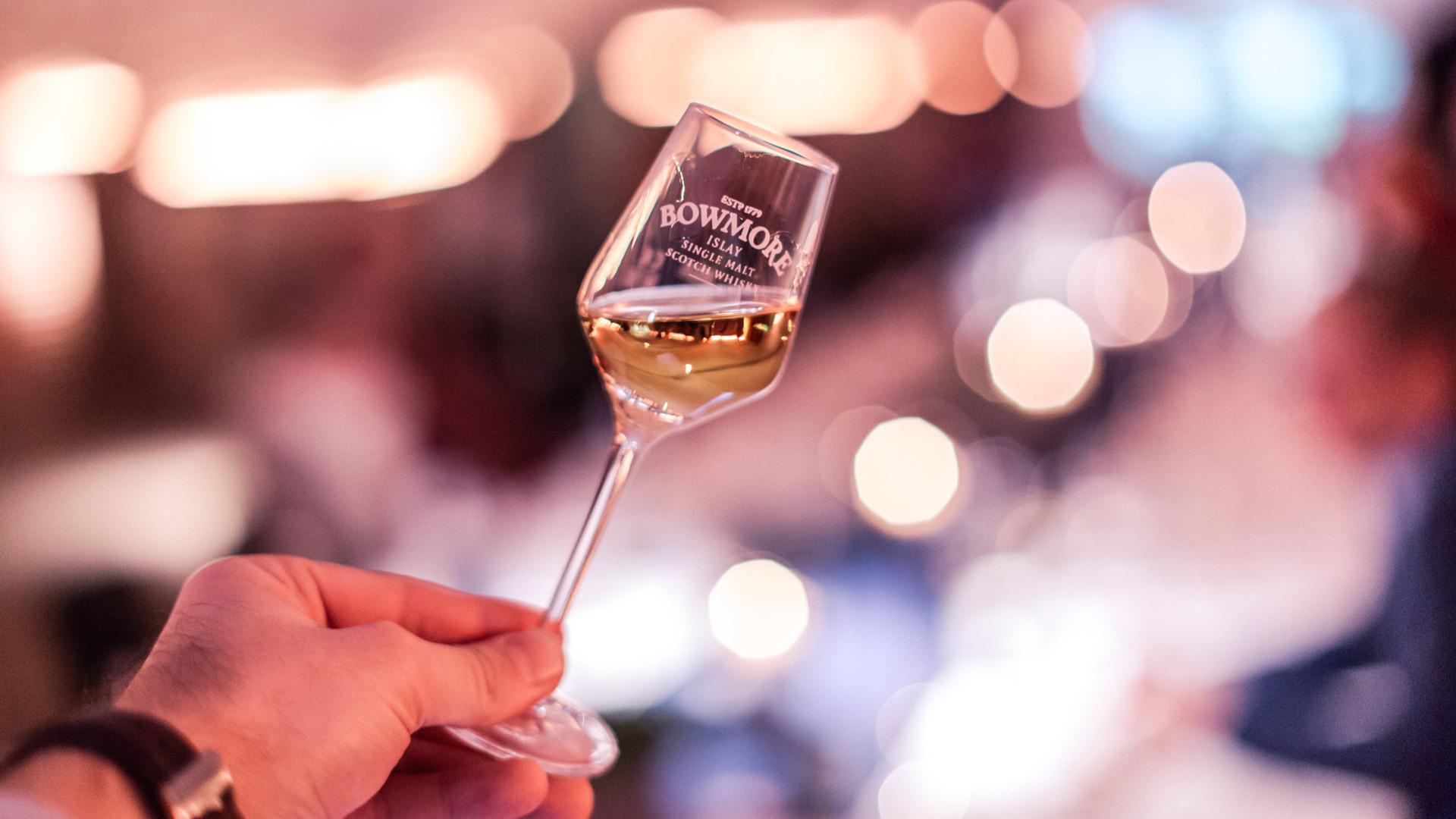 Hell schimmert der Bowmore-Whiskys im Glas. (Foto © www.offenblen.de)