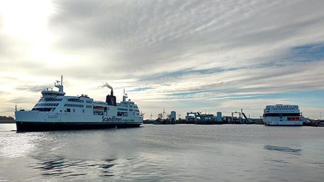 Die Fähren pendeln am Wochenende rund um die Uhr zwischen Fehmarn und Dänemark.