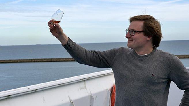 Single Malt im Glas, Seewind in der Nase - Alkoblogger Lukas ist überwältigt.