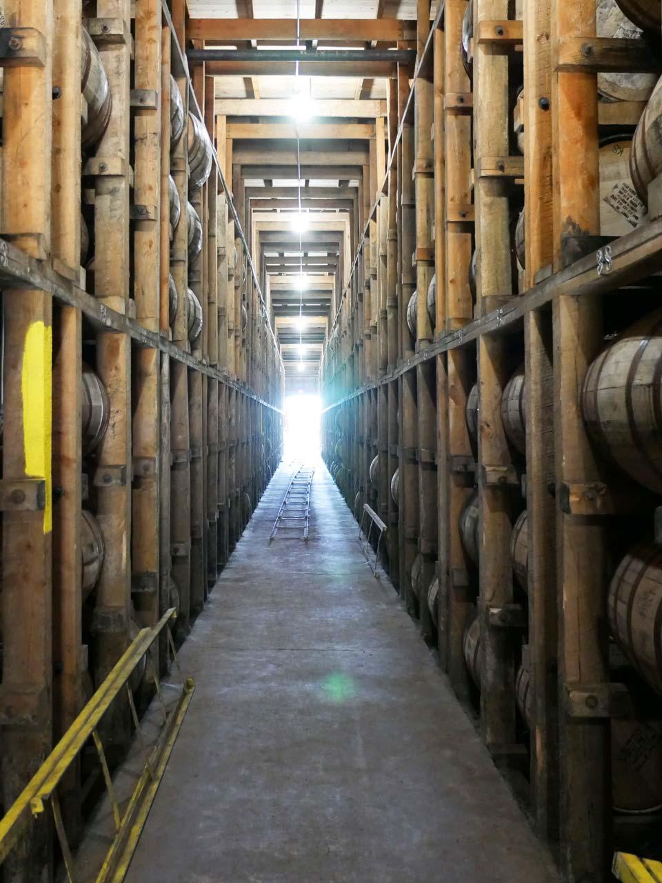 Im warmen trockenen Klima in Kentucky (im Bild ein Warehouse von Four Roses) verdunstet mehr Wasser als Alkohol aus den Whiskeyfässern. (Foto: Malt Whisky)