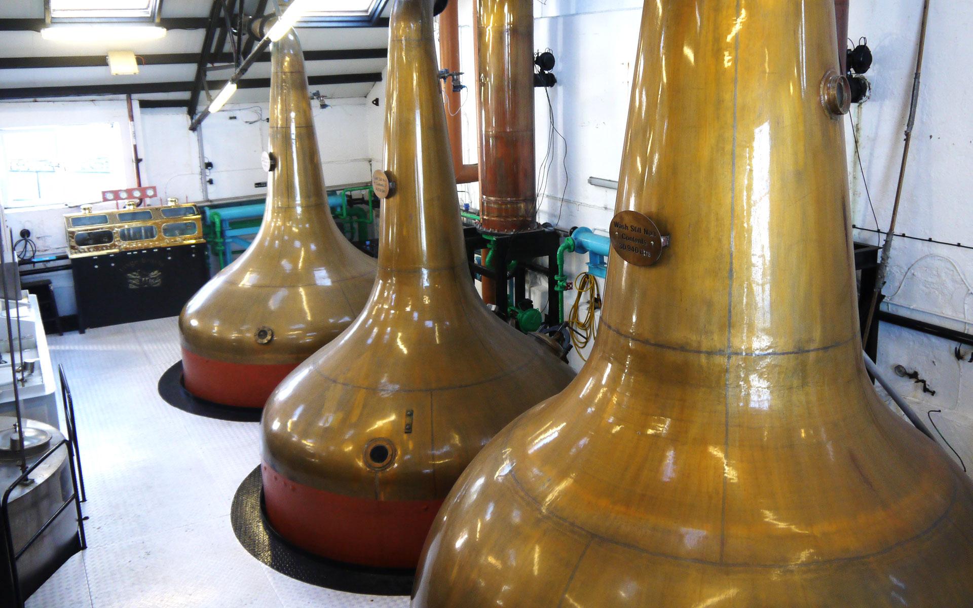 Die kupfernen Brennblasen von Bowmore - jedes Jahr werden bis zu 2 Mio. Liter New Make gebrannt (Foto: Malt Whisky)