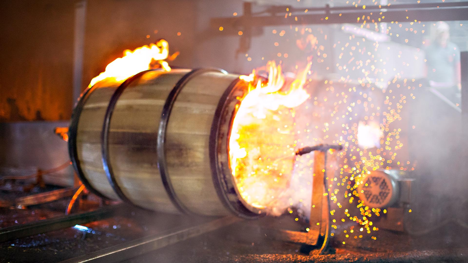 Frisch ausgebranntes Eichenholzfass in der Destillerie in Kentucky. (Foto: Jim Beam)