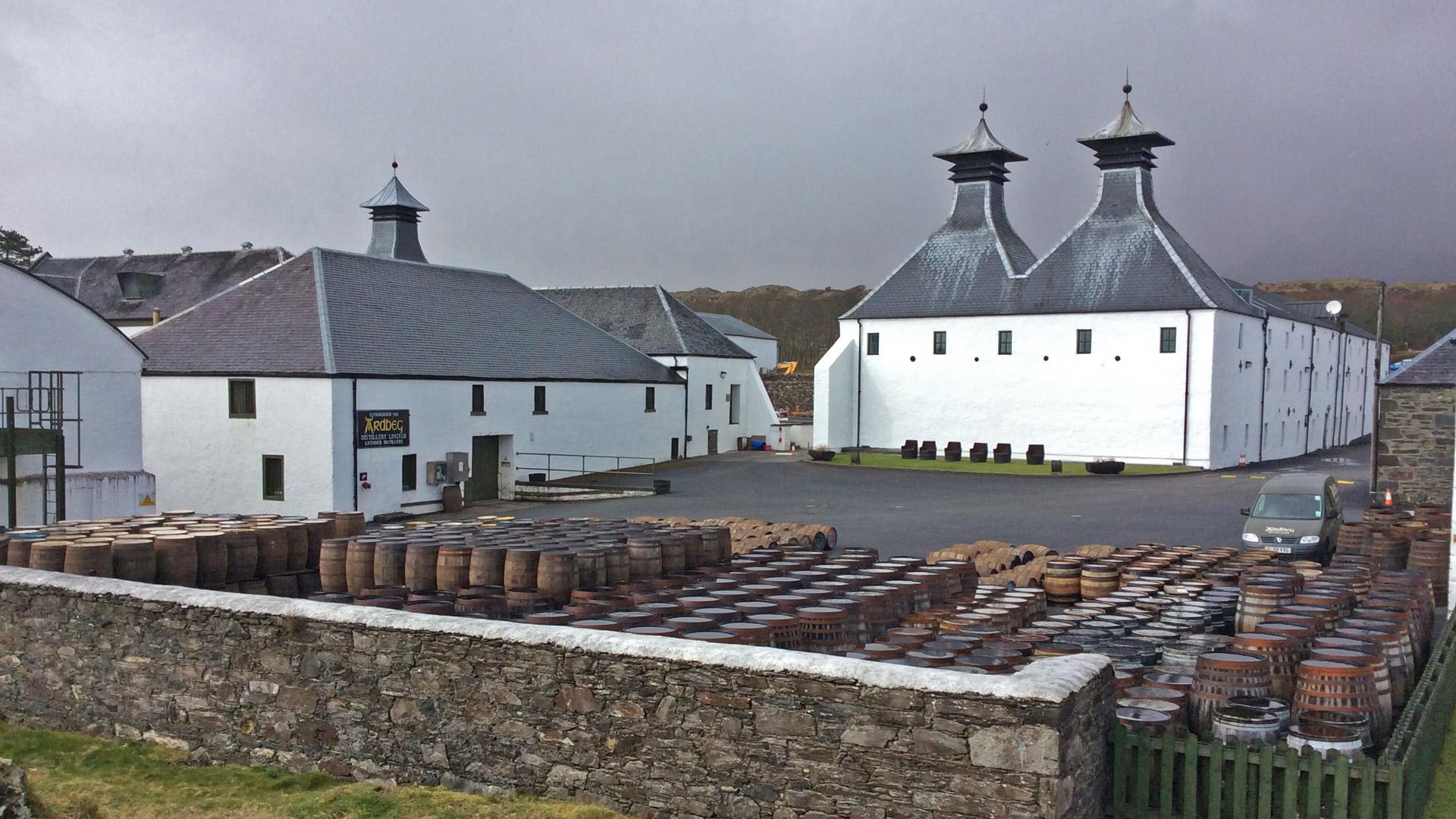 Aus der Ardbeg-Destillerie auf Islay stammt ein charakteristischer Single Malt Whisky. (Foto: Malt Whisky)