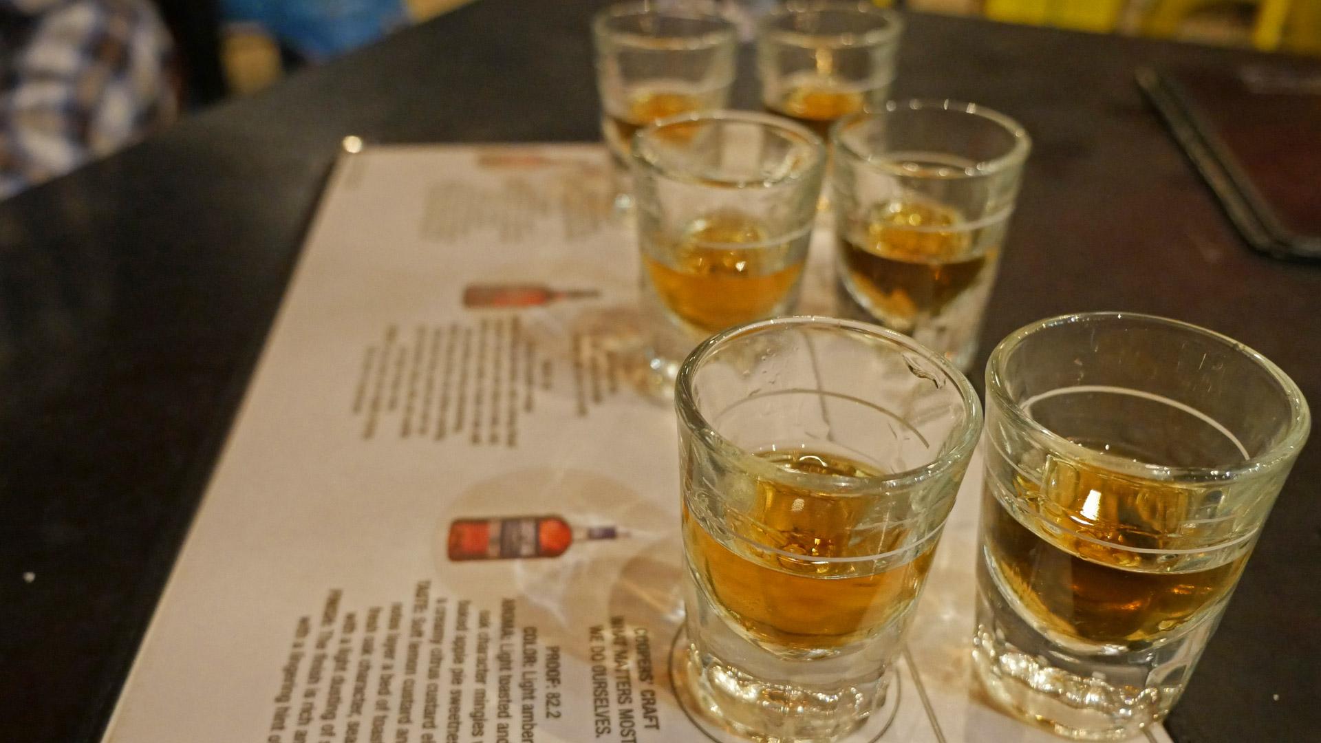 Single Malts werden häufig pur aus Nosing-Gläsern getrunken, Bourbons hingegen auch gemischt aus Whiskey-Tumblern. (Foto: Malt Whisky)