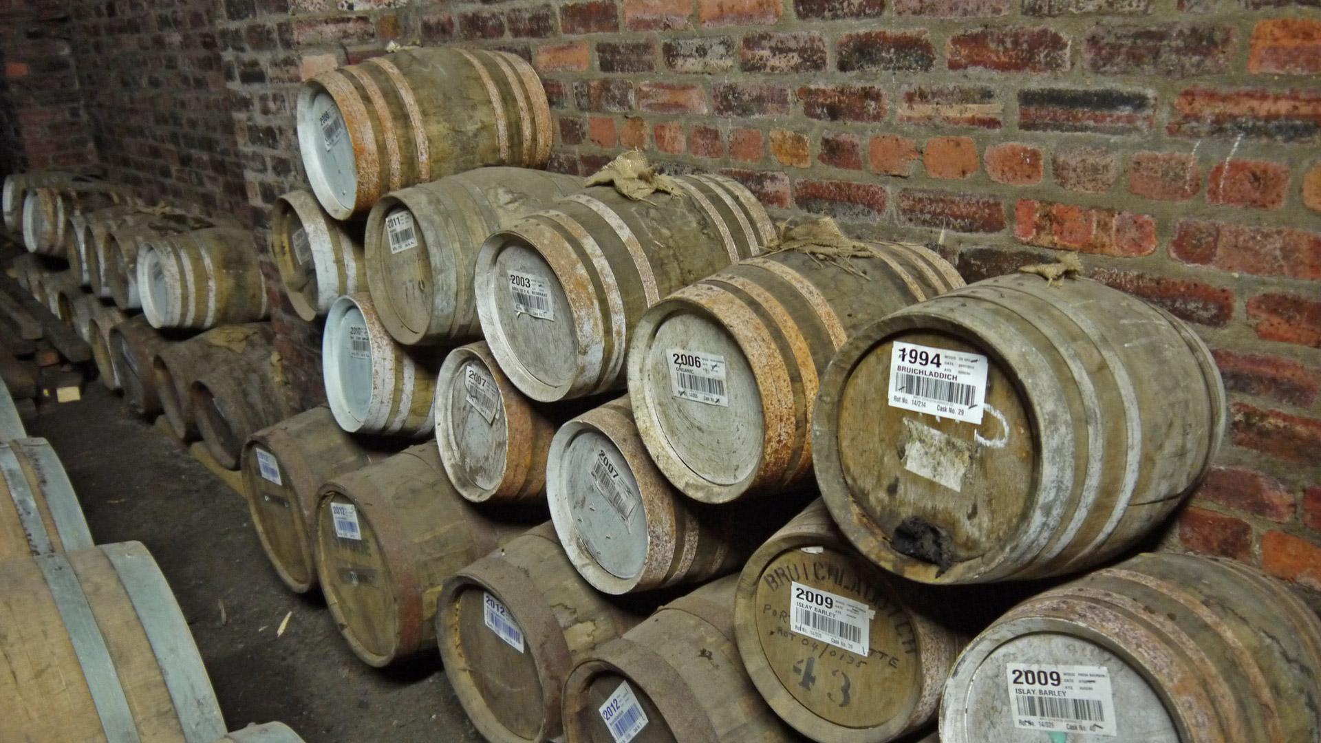 In kleinen Fässern werden häufig Whiskys für besondere Kleinserien gelagert. Im Bild sind Mini-Whiskyfässer im Warehouse von Bruichladdich zu sehen. (Foto: Malt Whisky)